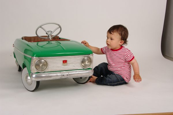 Laisser son enfant jouer seul ? Voiture electrique enfant et autres astuces