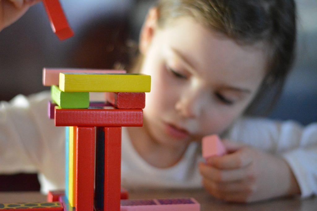 Enfant-et-jeu-de-construction